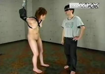 美女を裸で拘束1.jpg