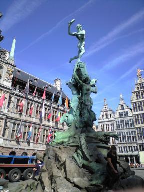 市庁舎とブラボー像