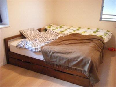 無印良品で購入です(無垢財ベッド、オーク材)。 重たいものなのでネットで購入しました。 ちなみにゆったり寝られるようセミダブルを2つ購入。