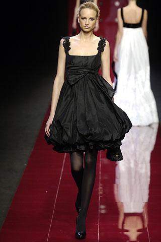 そして小柄で、黒髪、黒い目の日本人にこのドレス、絶対似合わないはずが無いんですよね。 何点か探してみました。