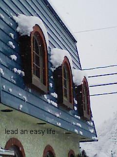 窓に雪.JPG