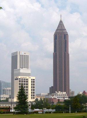 Bank of America Plaza 1,023フィート (312m)、55階建て、世界 で30番目、アメリカでは8番目、アメリカの全州都に建っている建物としては一番高い建物だそうです。