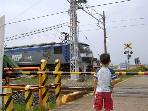 機関車を見るhito (EF210桃太郎)20050429