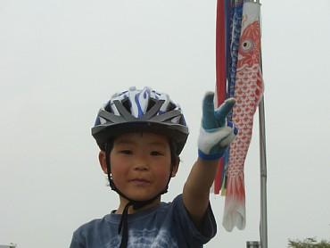 鯉のぼりをバックに  20060430