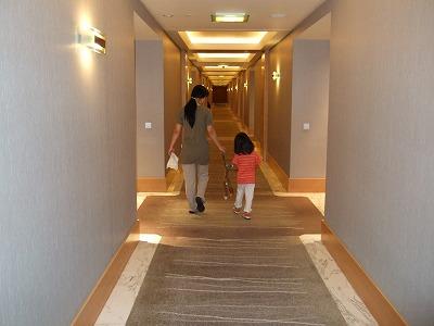 ホテルの廊下にて