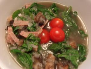 2 サラミとミニトマトとたっぷりサラダほうれん草の中華風スープ.jpg