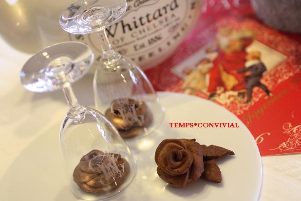 パリで今流行のお菓子屋さんのディスプレイを真似て。ワイングラスでクリスマス風ベルで薔薇3Dクッキーとじ込めて。