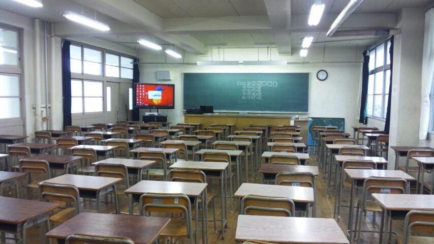高校の教室 生徒が入ってくる前に教室をパシャリ。 広ーい教室です。 PCをセットしている途中です