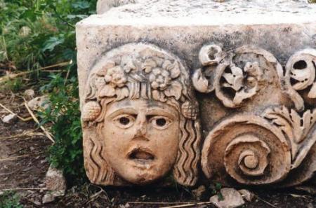 ミラ遺跡の柱頭の装飾