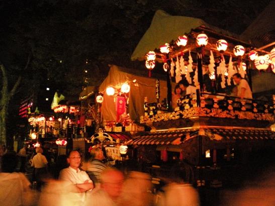 深志神社に集まる舞台