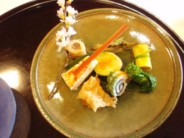 1【前菜】:海老芋寿司 八幡巻き 菜の花 鯉煎餅 公魚木の芽焼き 蕨烏賊 芽キャベツ