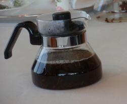 ハーブと紅茶を入れて蒸らす