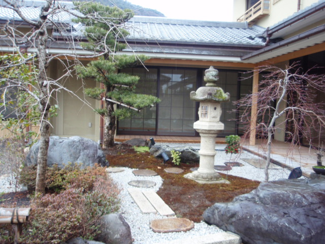嵐月ー玄関先の庭