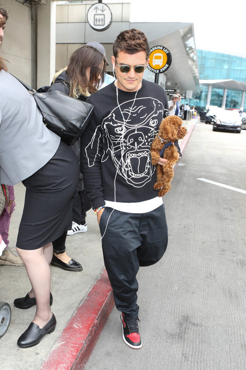 Orlando-Bloom-Givenchy-shirt-Air-Jordan-sneakers-2.jpg