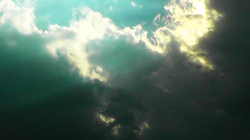 雲間から光が差し込むイメージ