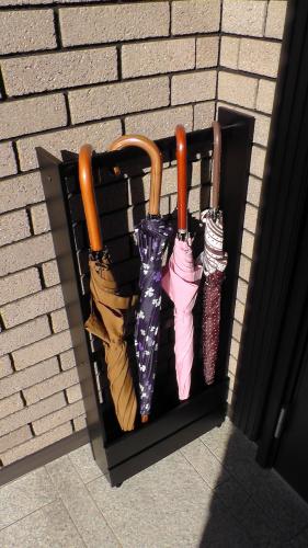 雨の日は傘掛けを玄関ポーチに出して使う