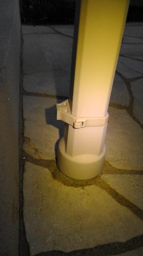 免震住宅用雨樋が外れる