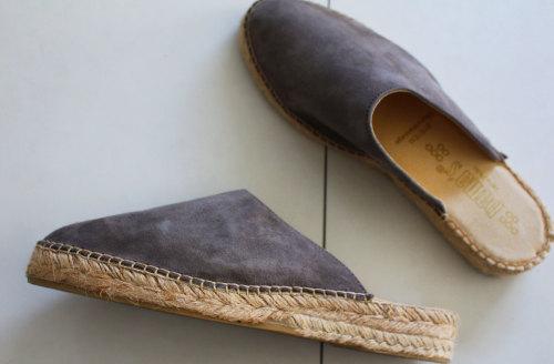 春・夏のジュート サボ サンダル スパドリーユ 女性らしいデザイン 足の指が長いコンプレックス 気軽に履けてオシャレなデザイン スエード調 WAGAYA (わがや) 我が家の玄関 シック モダン サンダル.jpg