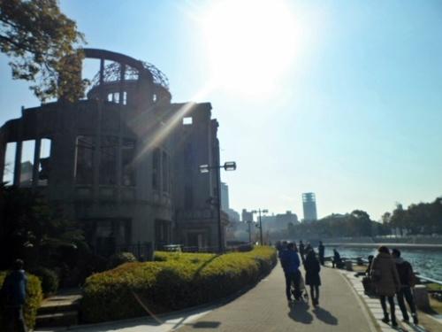 原爆ドームと川.JPG