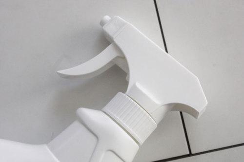 真っ白スプレーボトル容器 アイロン用 泡スプレー 100円ショッセリア キャンドゥの白黒 WAGAYA (わがや) ラベルデザイン パッケージデザイン .jpg
