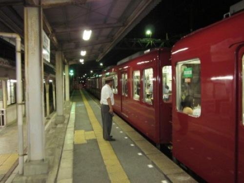 10 駅ホーム電車.JPG