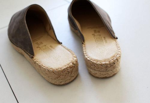 コンプレックス 足の指が長くて靴が合わない 春 夏のサンダル サボ WAGAYA (わがや) 我が家Junjunの春夏靴 ジュートで季節感を 指も隠れて女性らしいデザイン スエード調のシックな色 スカートにもパンツにも合わせやすいデザイン 一目惚れサンダル .jpg