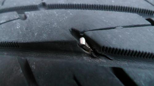 タイヤに刺さった金属片
