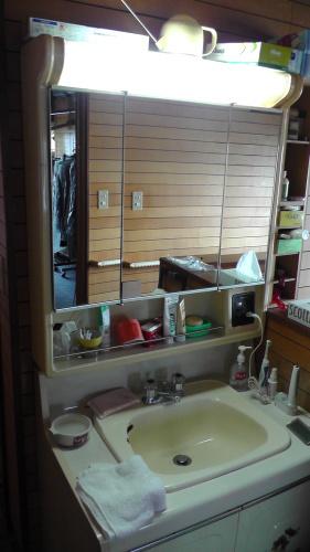 洗面化粧台の電気配線を修理