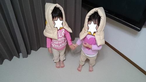 双子が防災ずきんをかぶる.JPG