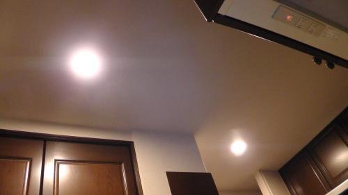 キッチンにある2つのダウンライト