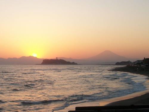 20160303稲村ケ崎から見る夕日と富士山.jpg