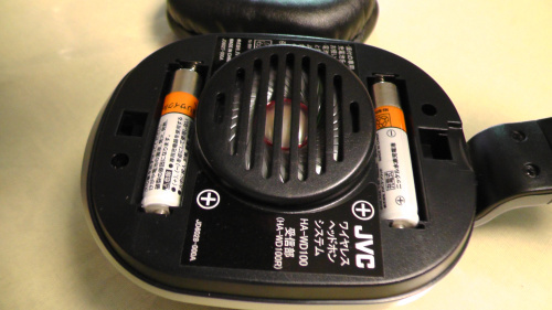 単4のニッケル水素(Ni-MH)充電池を2本使用
