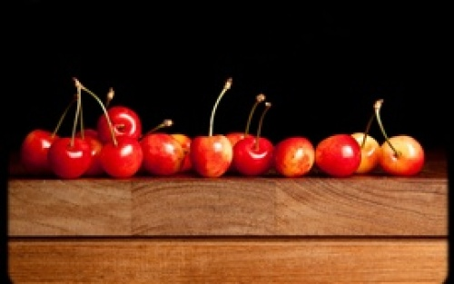 Delicious-red-cherry-wooden-table_s.jpg
