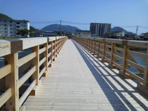 娘とサイクリング(木製の橋)橋の上