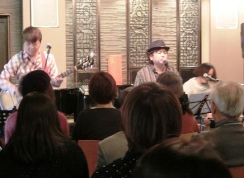 歌うフミさん.JPG