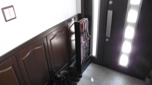 玄関内に置いた「傘掛け」