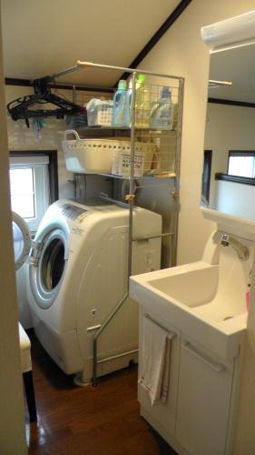 2階の洗面所にある洗面台と洗濯機の間には30cmほどの隙間が