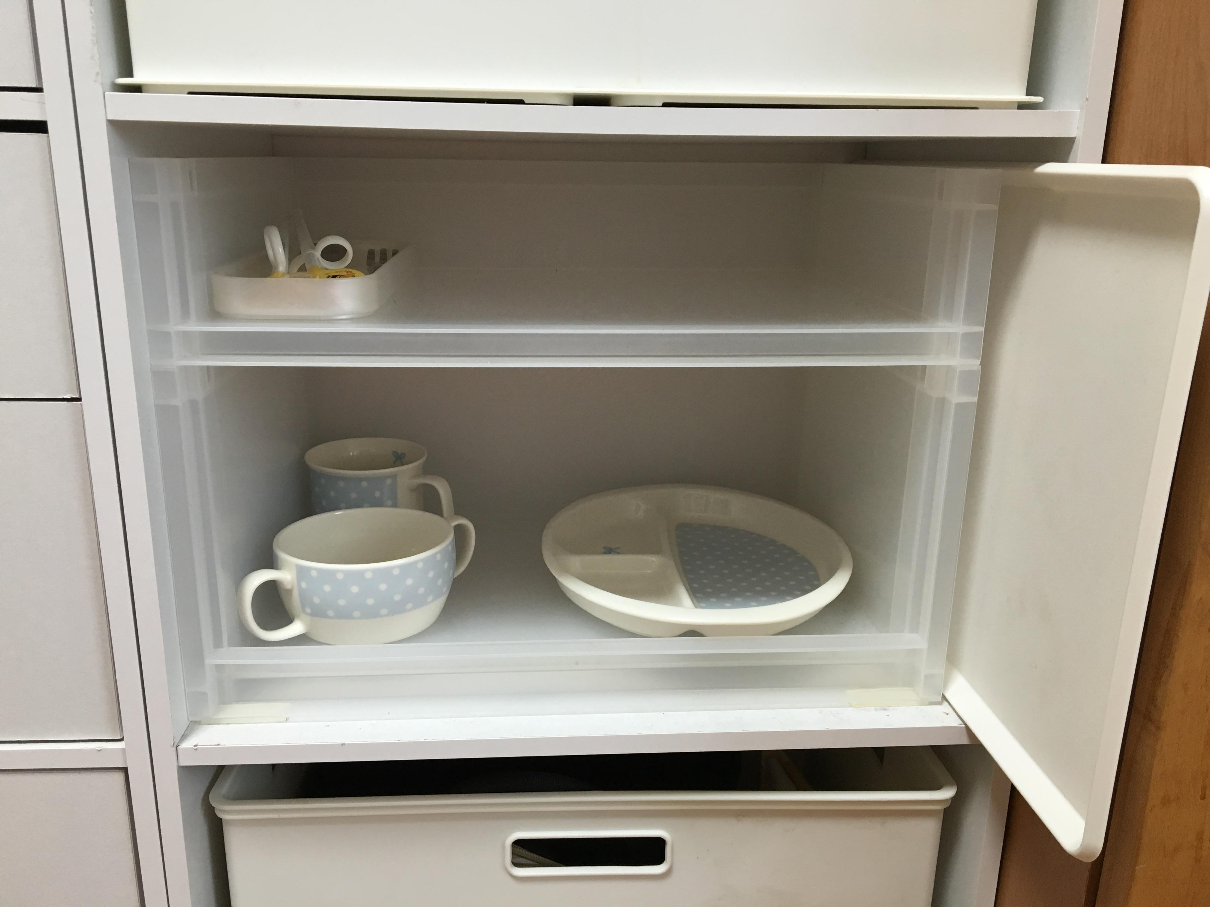 娘の専用の食器はキッチンにおいてあるカラボの中段に、無印良品のポリプロピレン収納ラックを入れて収納しています。 薄型と深型を組み合わせています。