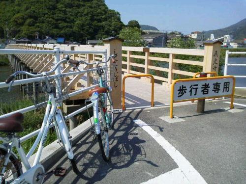 娘とサイクリング(木製の橋)