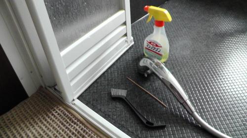 浴室ドアガラリを掃除する