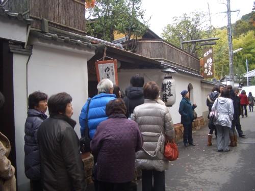 CIMG8677南禅寺の有名湯豆腐屋さんは行列.JPG