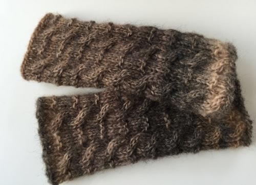 縄編みのリストウォーマー