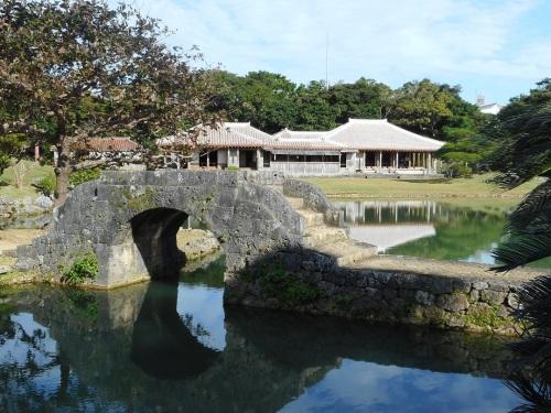 識名園石橋と御殿.JPG
