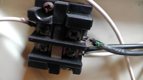 端子台に接続された配線が焦げる