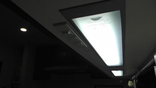 一条工務店のキッチンにある吊り戸棚下の照明