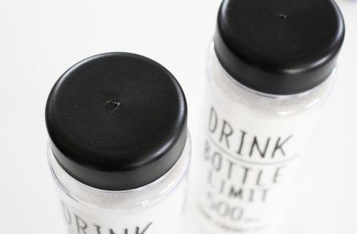 100円ショップのモノトーン雑貨 手書き風アルファベットがお洒落なウォーターボトル WAGAYA (わがや) 透明のボトルに真っ白な粉 オシャレな入浴剤の収納 詰め替えケース ボトル マイボトルでお洒落に収納.jpg
