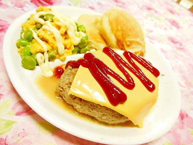 パンケーキとチーズハンバーグと枝豆スクランブル