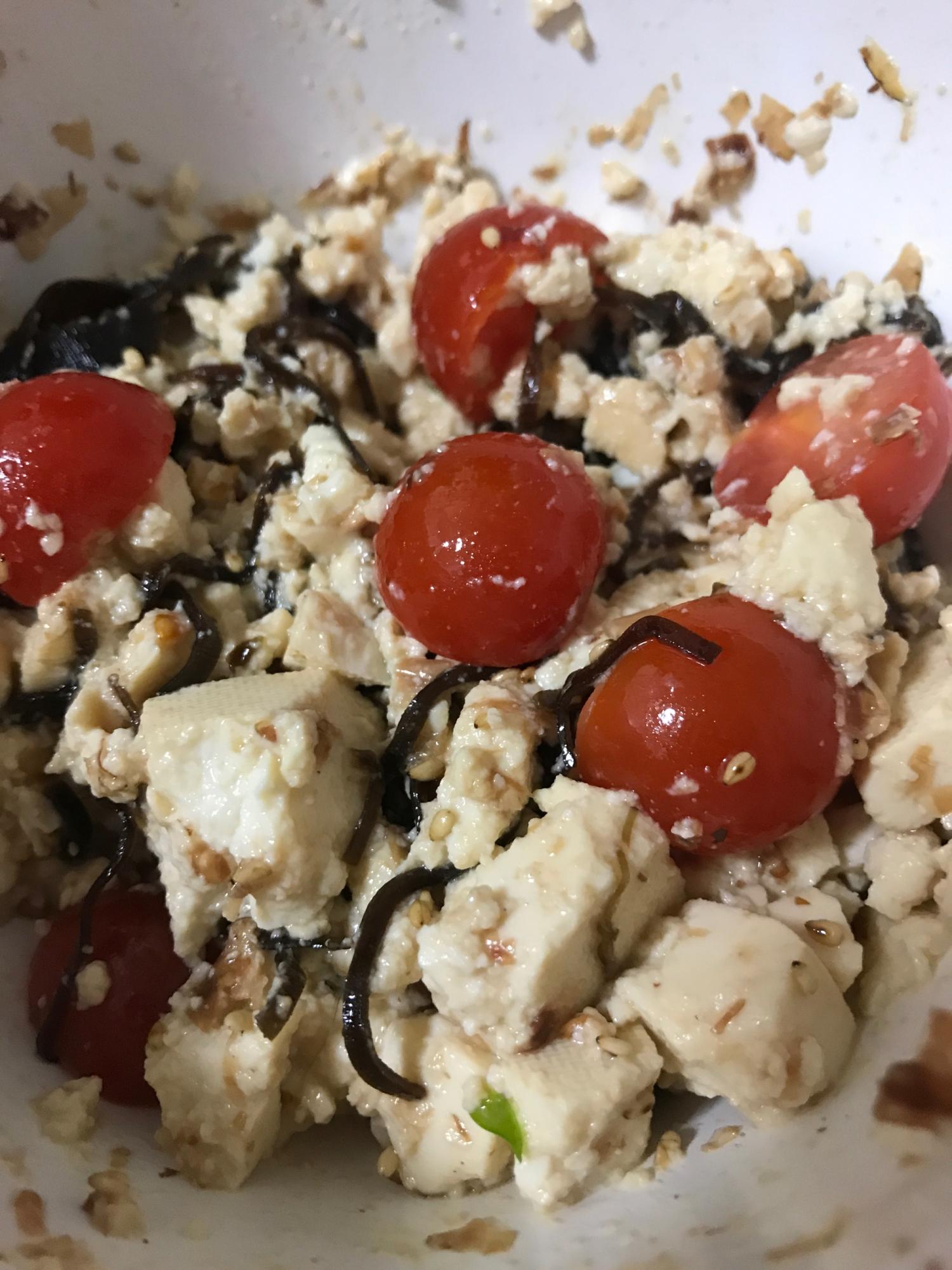 豆腐とトマトを切って塩昆布で和えるだけの簡単ですぐにできるサラダ