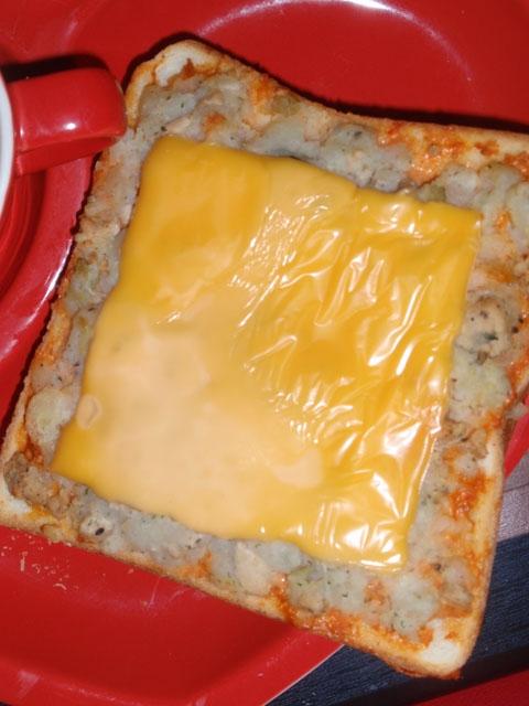 ポテサラのピリ辛チーズトースト