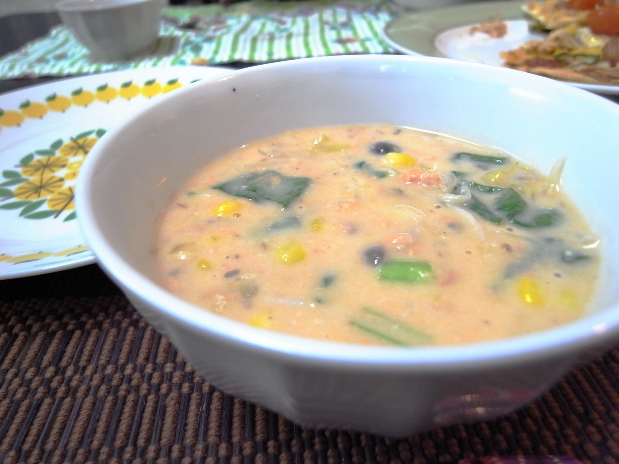 サーモン水煮缶とキャベツのみそクリームスープ
